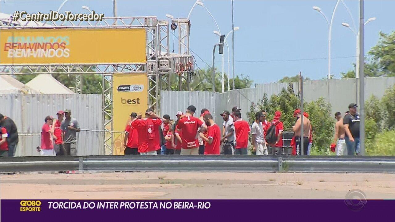 Torcedores do Inter protestam em frente ao CT na manhã deste sábado (21)