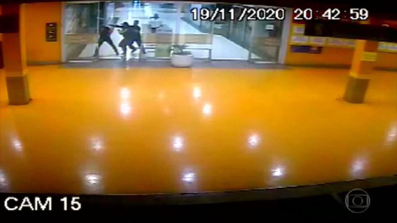Novas imagens mostram início da confusão que acabou no assassinato brutal de João Alberto