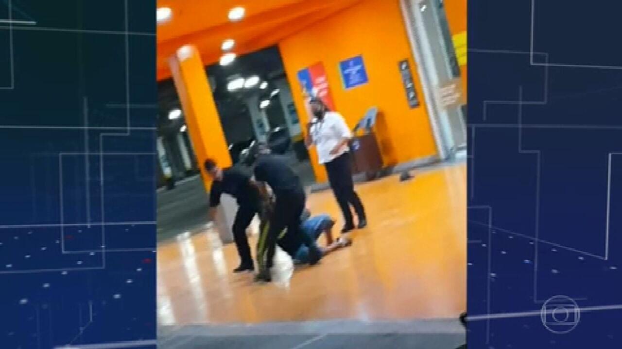 Polícia prende funcionária do Carrefour que filmou seguranças agredindo João Alberto