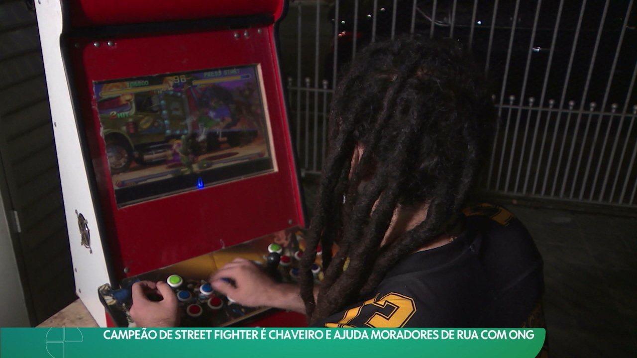 Campeão de Street Fighter é chaveiro e ajuda moradores de rua com ONG