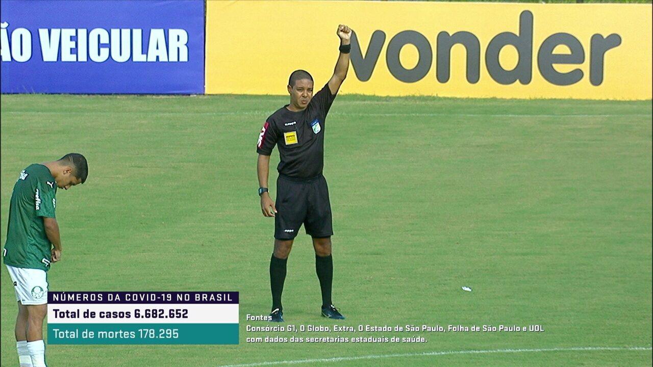 Árbitro de Bahia x Palmeiras cerra os punhos em protesto antirracista, após episódio na Liga dos Campeões