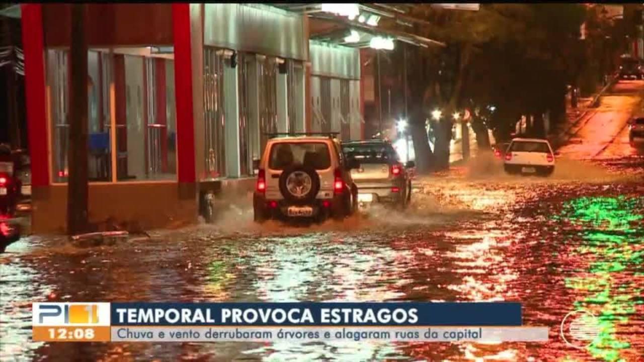 Chuva forte em Teresina causa estragos e deixa bairros sem luz no primeiro dia de 2021