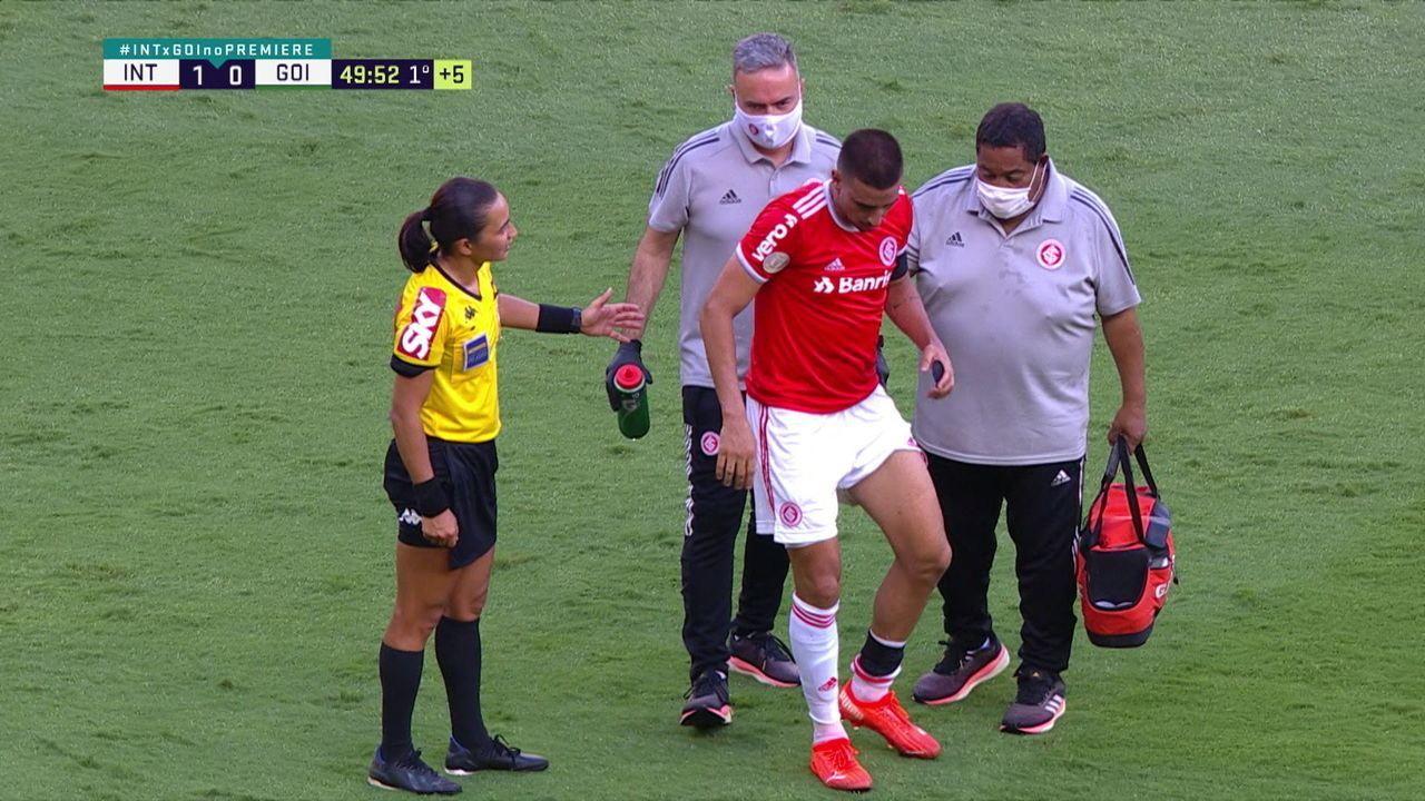 Thiago Galhardo caiu no chão com dores na panturrilha após a finalização, aos 49 do 1º tempo