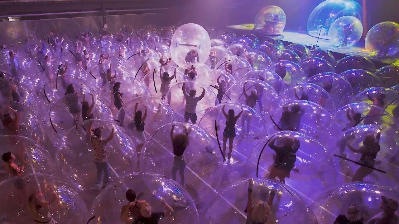 Banda de rock usa bolhas infláveis para fazer show nos EUA