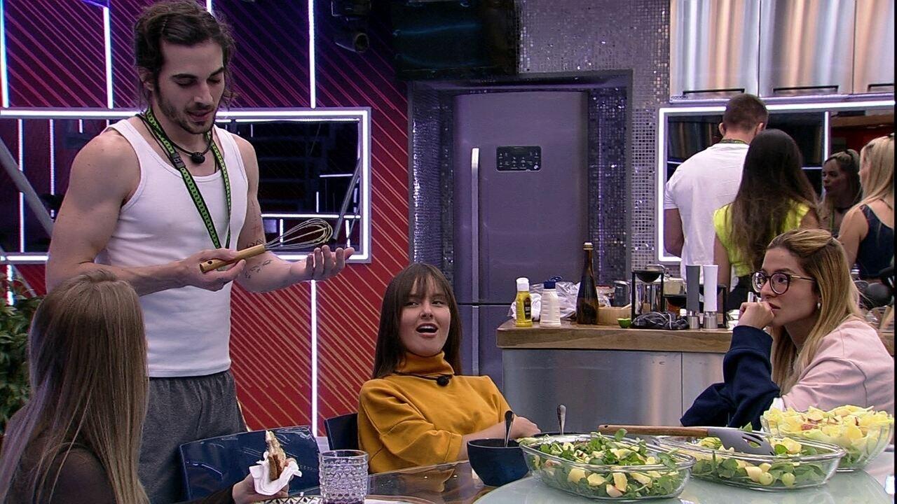 Fiuk ensina receita de molho para Carla Diaz