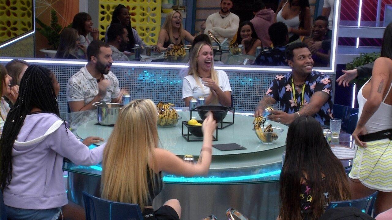 Camilla de Lucas faz brincadeira de casal com Sarah e Nego Di