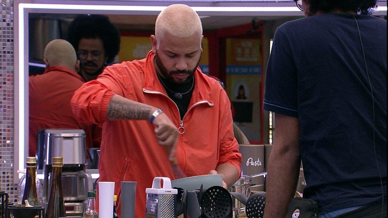 João Luiz ensina Carla a fazer bolo para filha de Projota e Fiuk brinca: ´Vai ficar top´