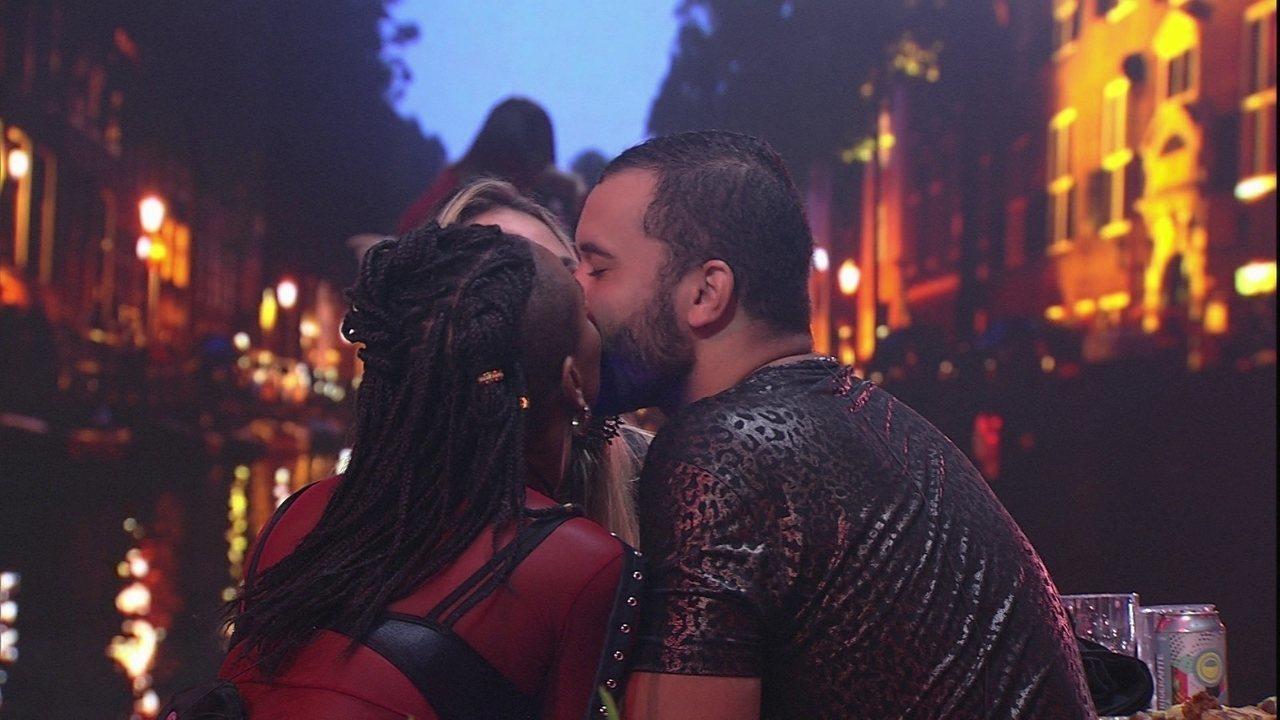 Karol Conká. Sarah e Gilberto dão selinho na Festa Amsterdam do BBB21