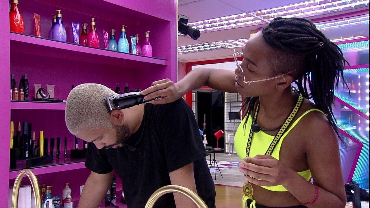 Projota e Karol Conká cortam o cabelo antes de festa no BBB21