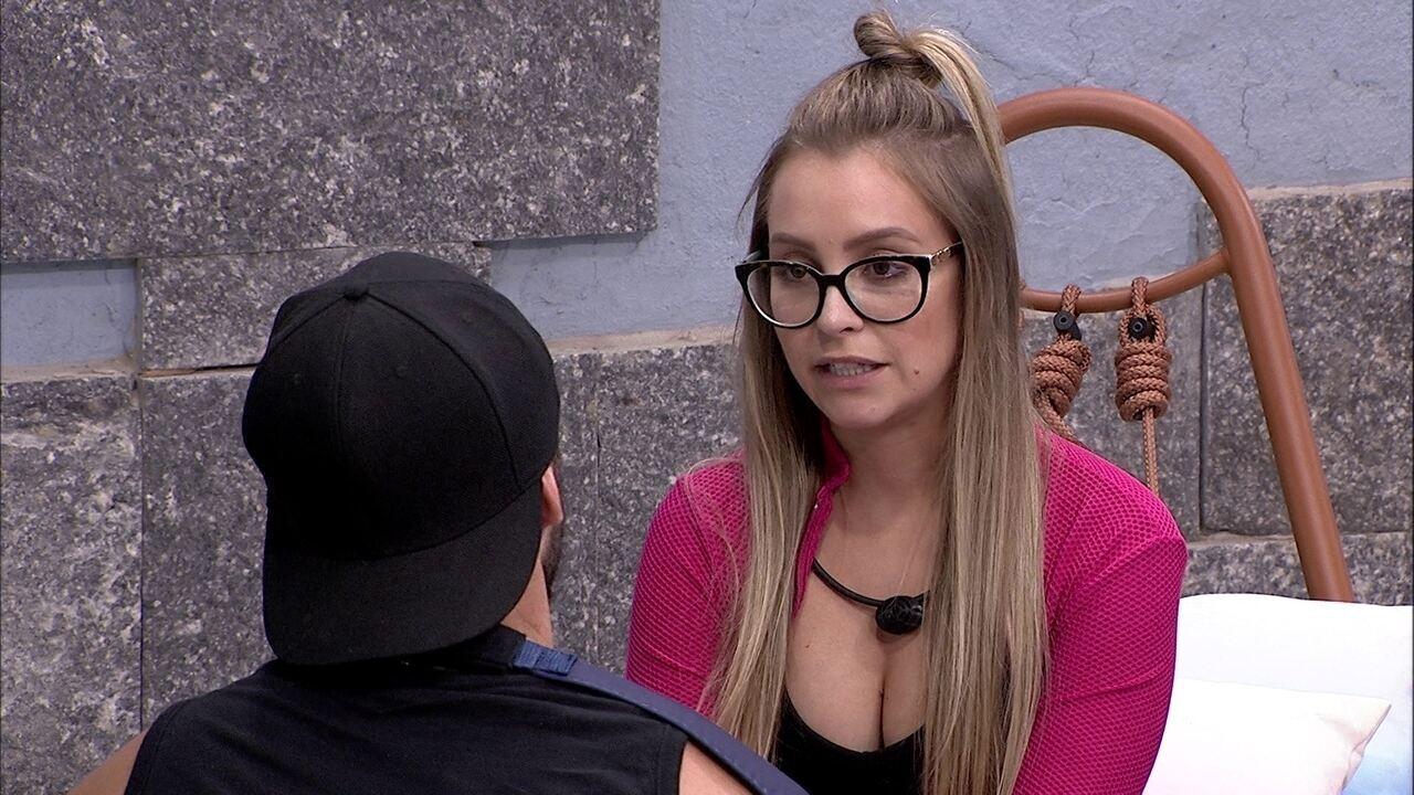 Carla Diaz tem DR com Arthur no BBB21: 'Alguma coisa está estranha entre a gente'