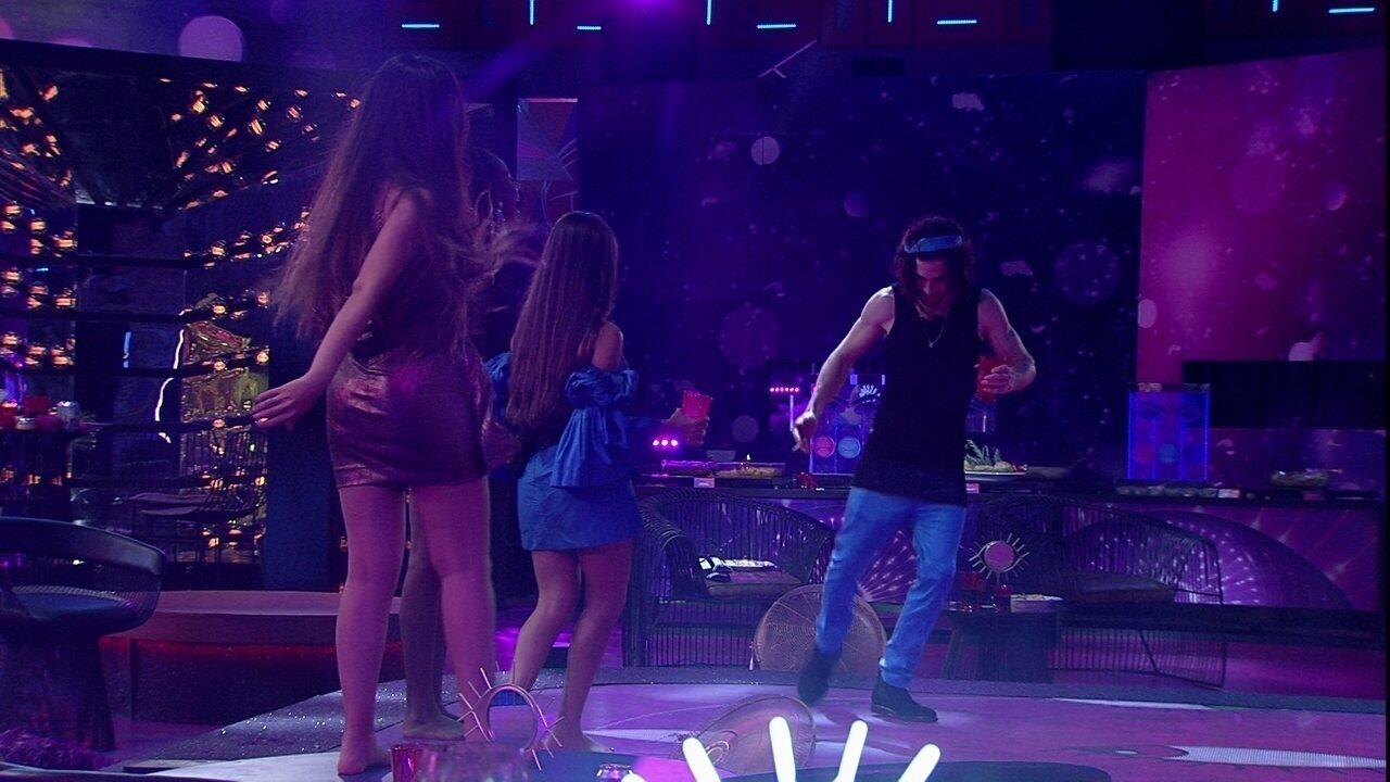 Fiuk faz passinho de funk em festa do BBB21, e Camilla de Lucas brinca com brother
