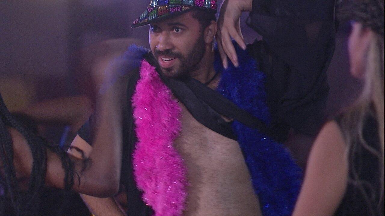 Gilberto faz performance durante Festa da Líder no BBB21