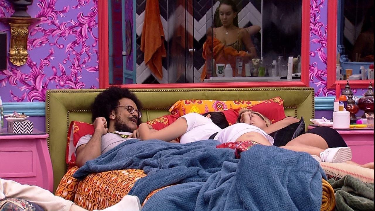 No BBB21, João Luiz faz mistério sobre o tema de sua festa e Sarah brinca: 'O Brasil sabe'