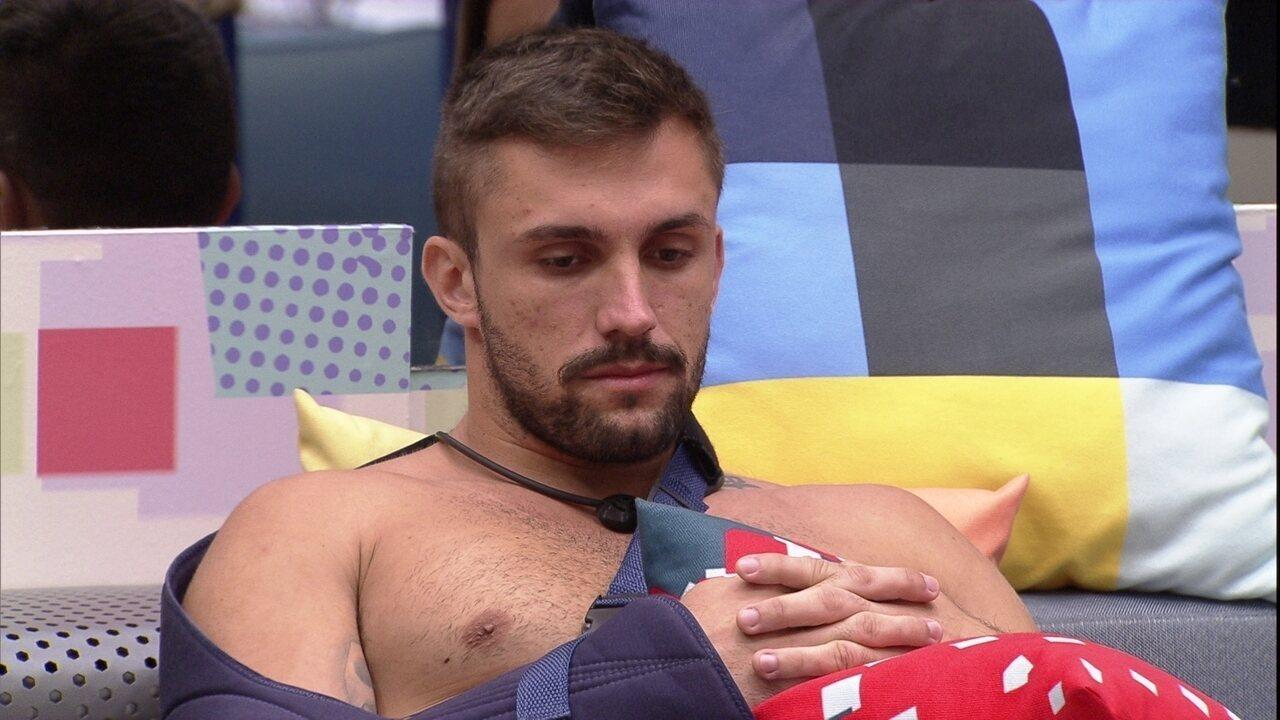 Arthur comenta com Carla Diaz: ´Se eu sair amanhã, você entra na reta