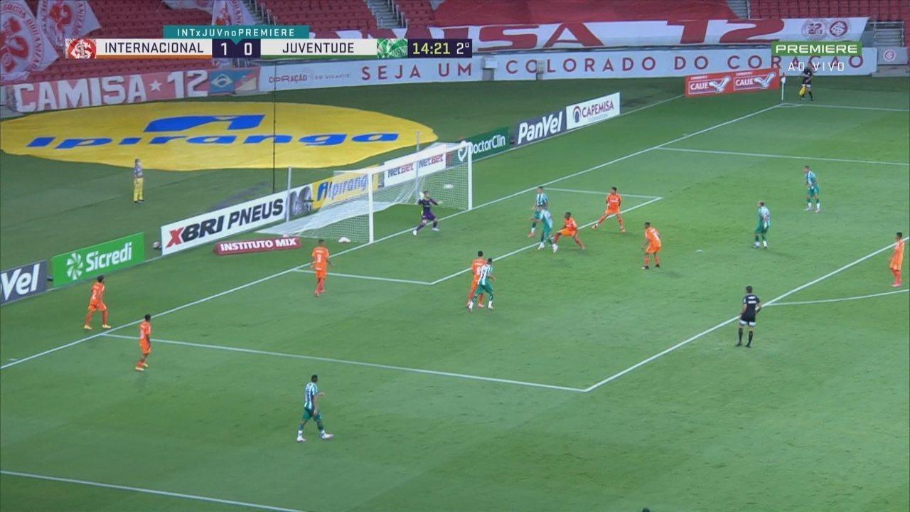 Daniel salva o Inter em duas defesas no reflexo na cabeçada de Matheuzinho, aos 14' do 2T