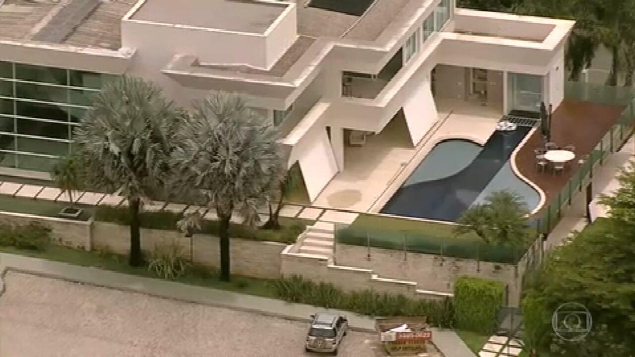 Documentos revelam contradições no pagamento feito por Flávio Bolsonaro na compra da mansão