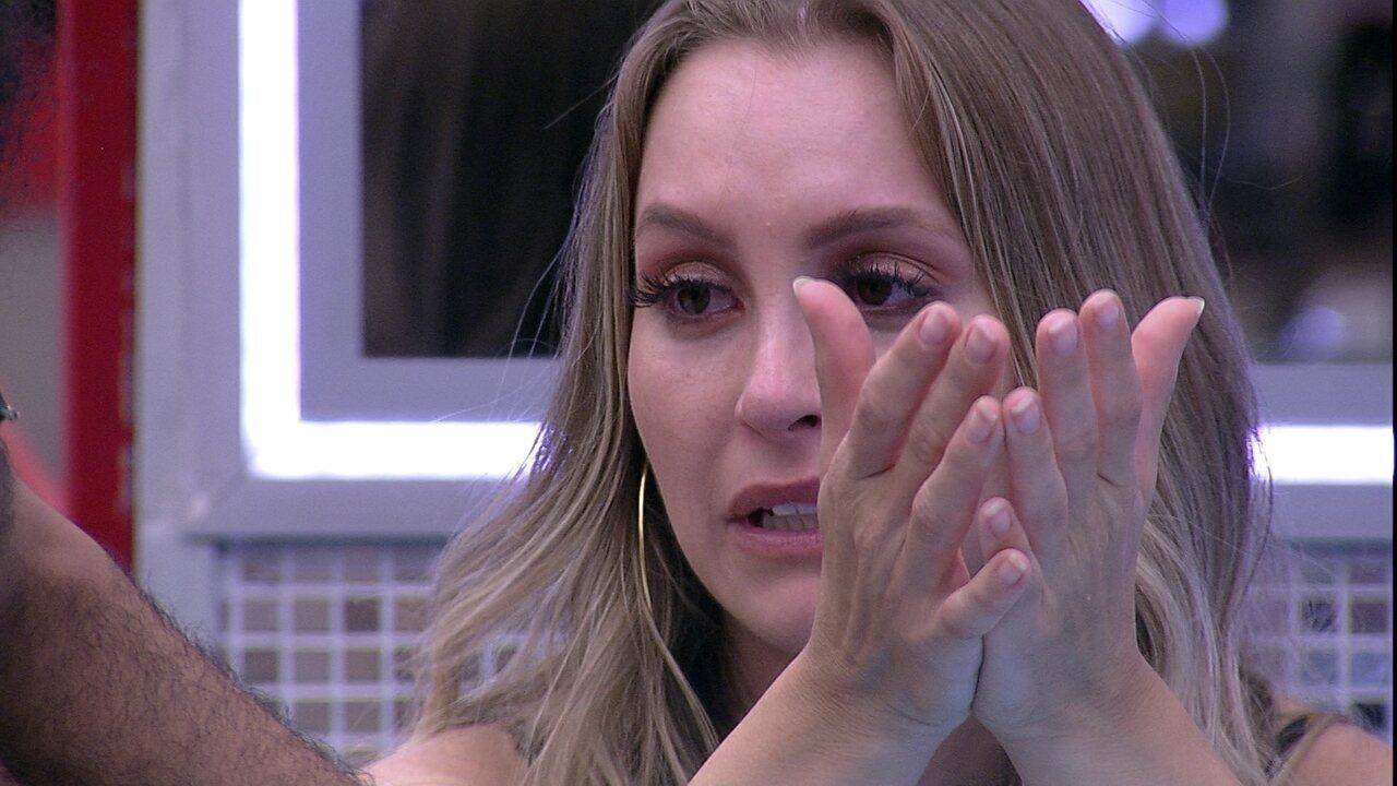 Carla Diaz chora e diz acreditar que sua relação com Arthur pode tê-la prejudicado no jogo