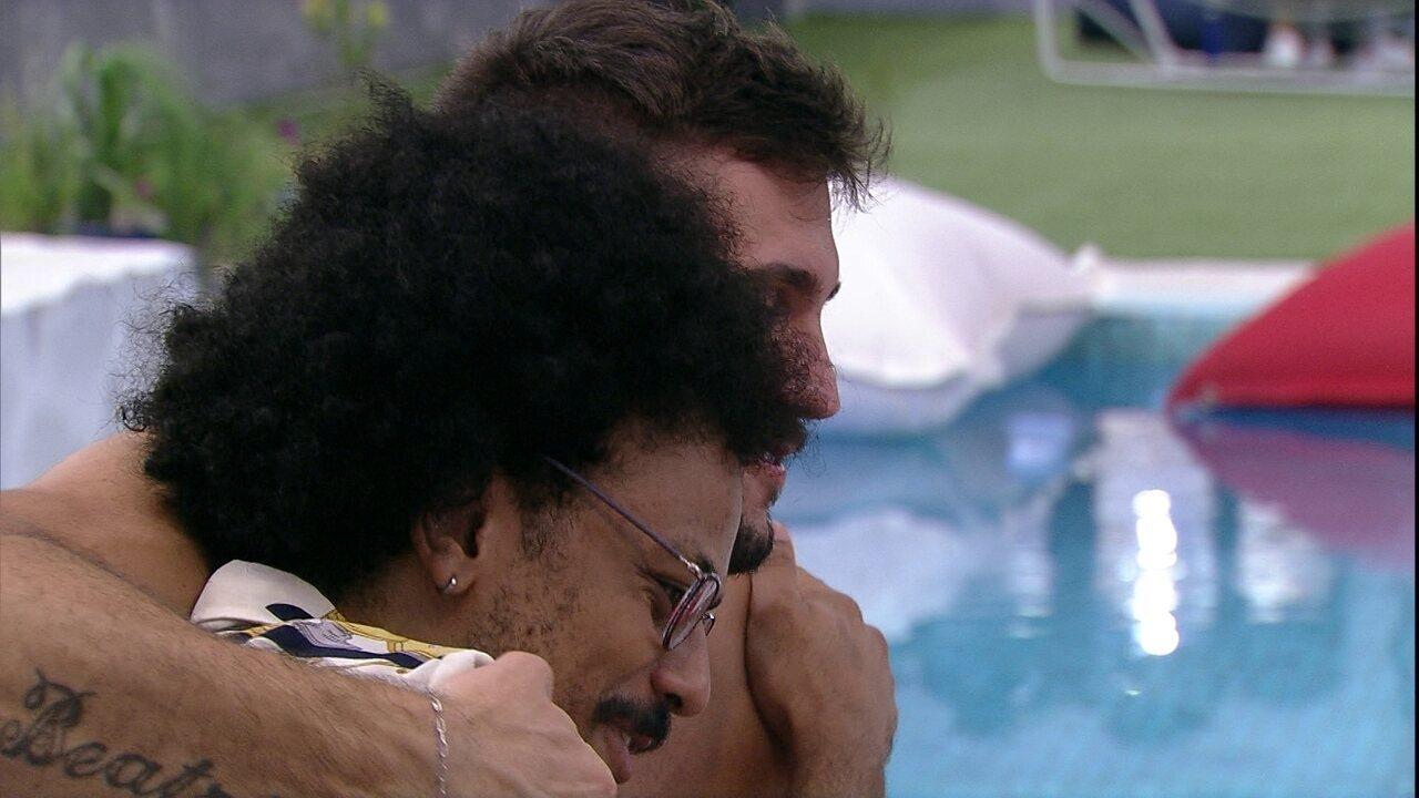 João Luiz abraça brother e o avalia no BBB21: 'É bom ver um outro Arthur'