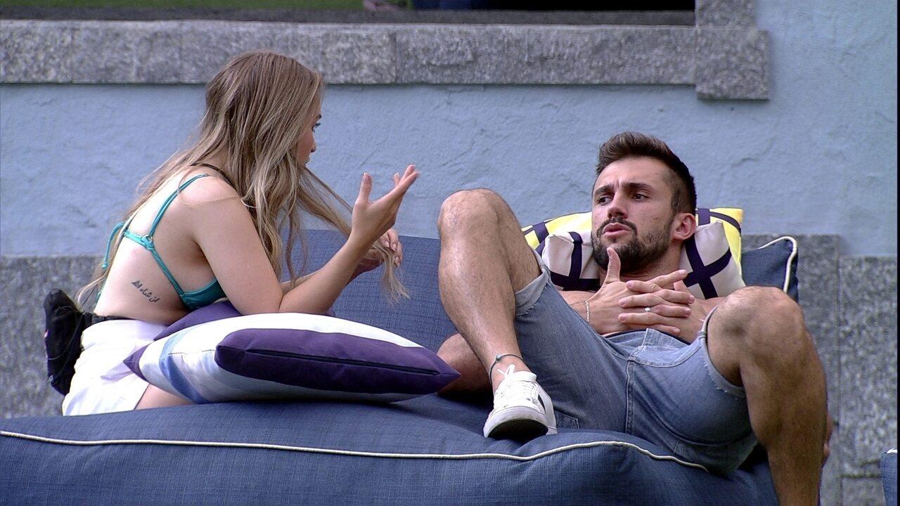 Em conversa no BBB21, Arthur dispara para Carla Diaz: 'Pelo menos você começou a jogar'