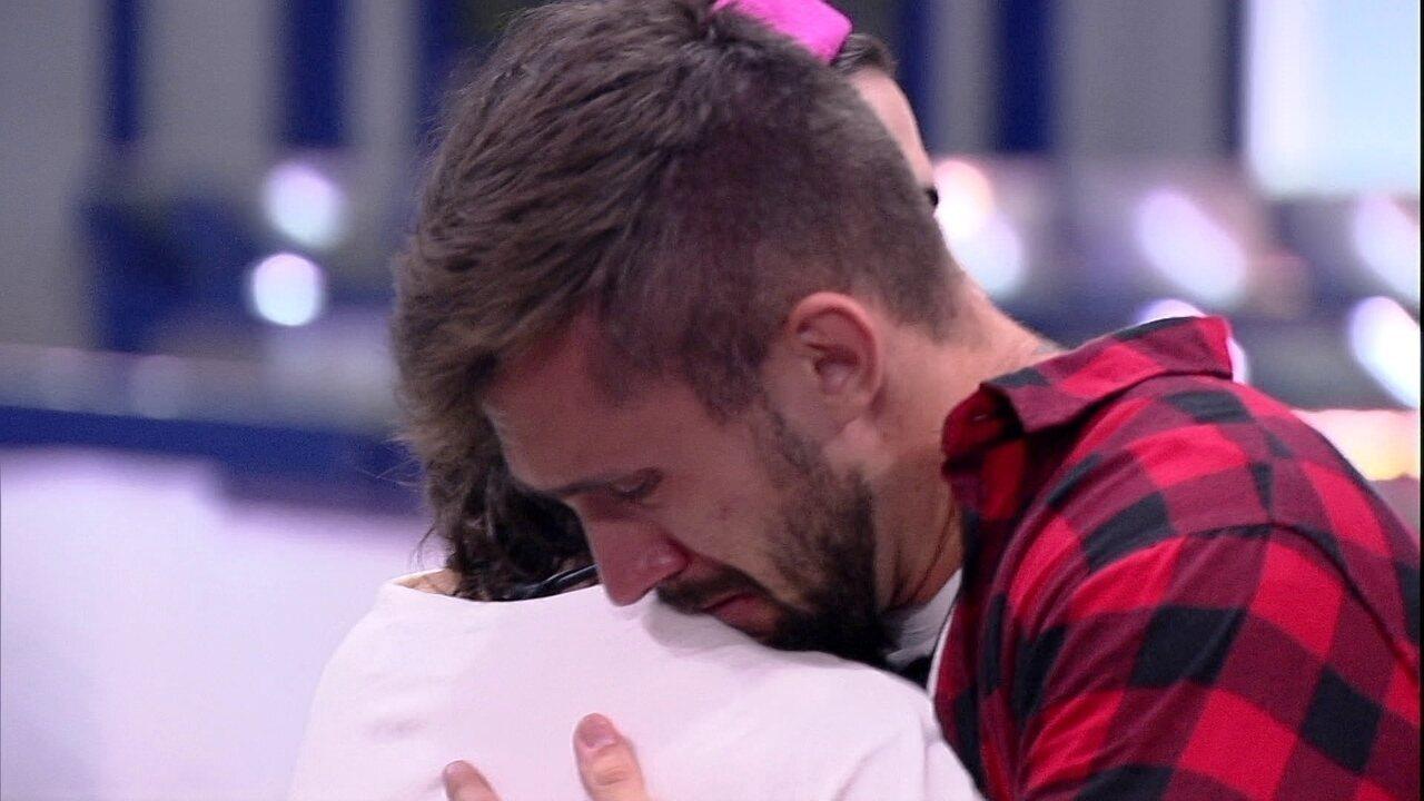 Arthur cai no choro após saída de Carla Diaz no Paredão Falso do BBB21