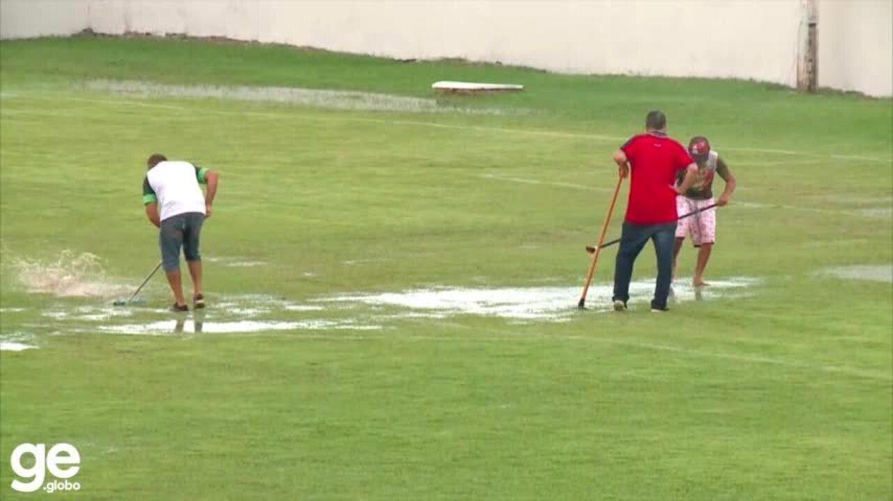Dirigentes do 4 de Julho usam rodos para tirar água da chuva do gramado na Copa do Brasil