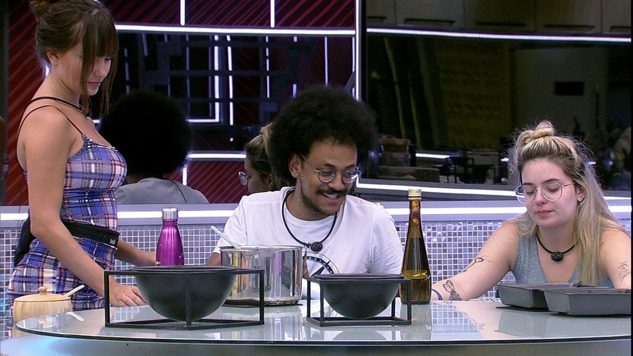 João Luiz brinca com Thaís no BBB21: 'Vai para o VIP hoje'