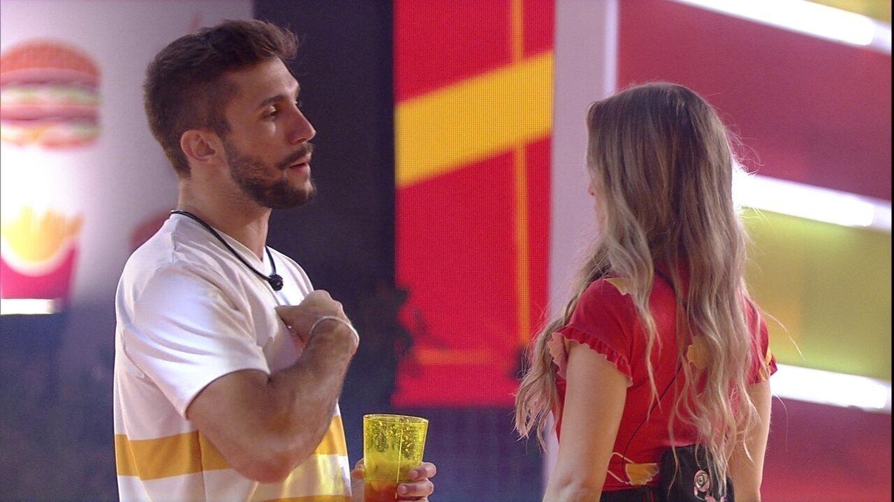 Carla Diaz questiona Arthur: 'Você falou para o Gil que eu te chamei de oportunista?'