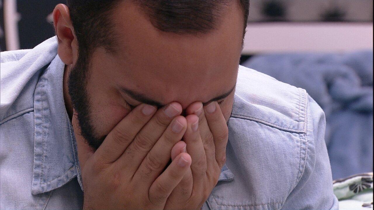 No BBB21, Gilberto cai no choro após conversa com Juliette