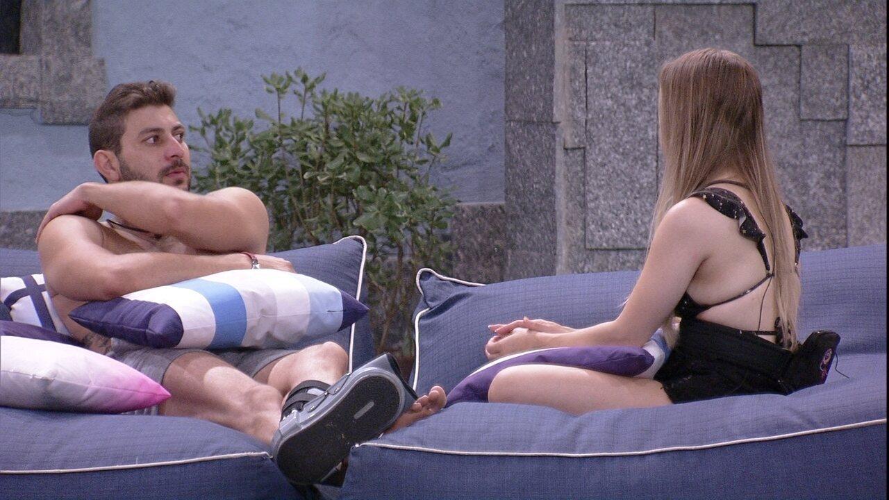Carla Diaz questiona Caio sobre relação com Sarah no BBB21