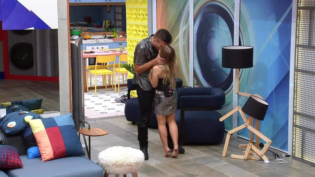 Arthur e Carla Diaz se reconciliam e trocam beijos no BBB21