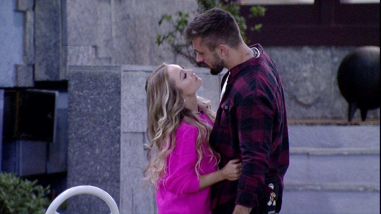 Arthur beija Carla Diaz em noite de Eliminação no BBB21 e sister pede: 'Só não chora'