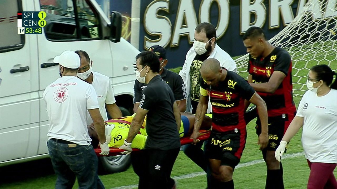 Carlos Eduardo sofre choque de cabeça com Lucão e é retirado de ambulância, aos 49' do 1º Tempo