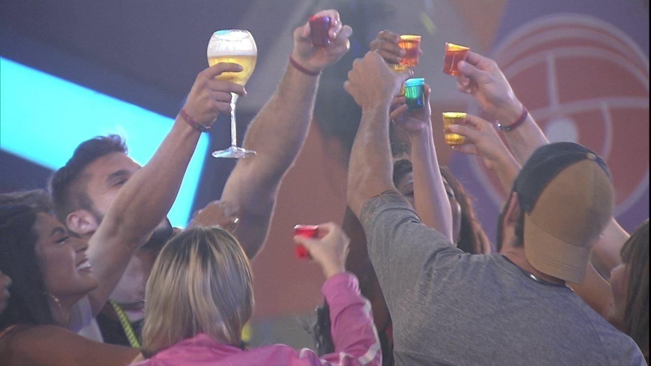 Brothers fazem brinde na Festa do Líder e Arthur fala sobre BBB21: '28 dias para acabar'