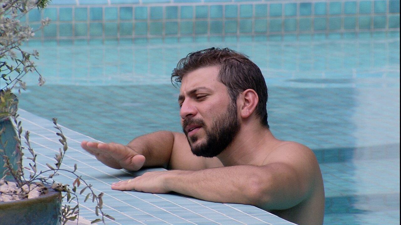 Único acordado, Caio canta na piscina do BBB21