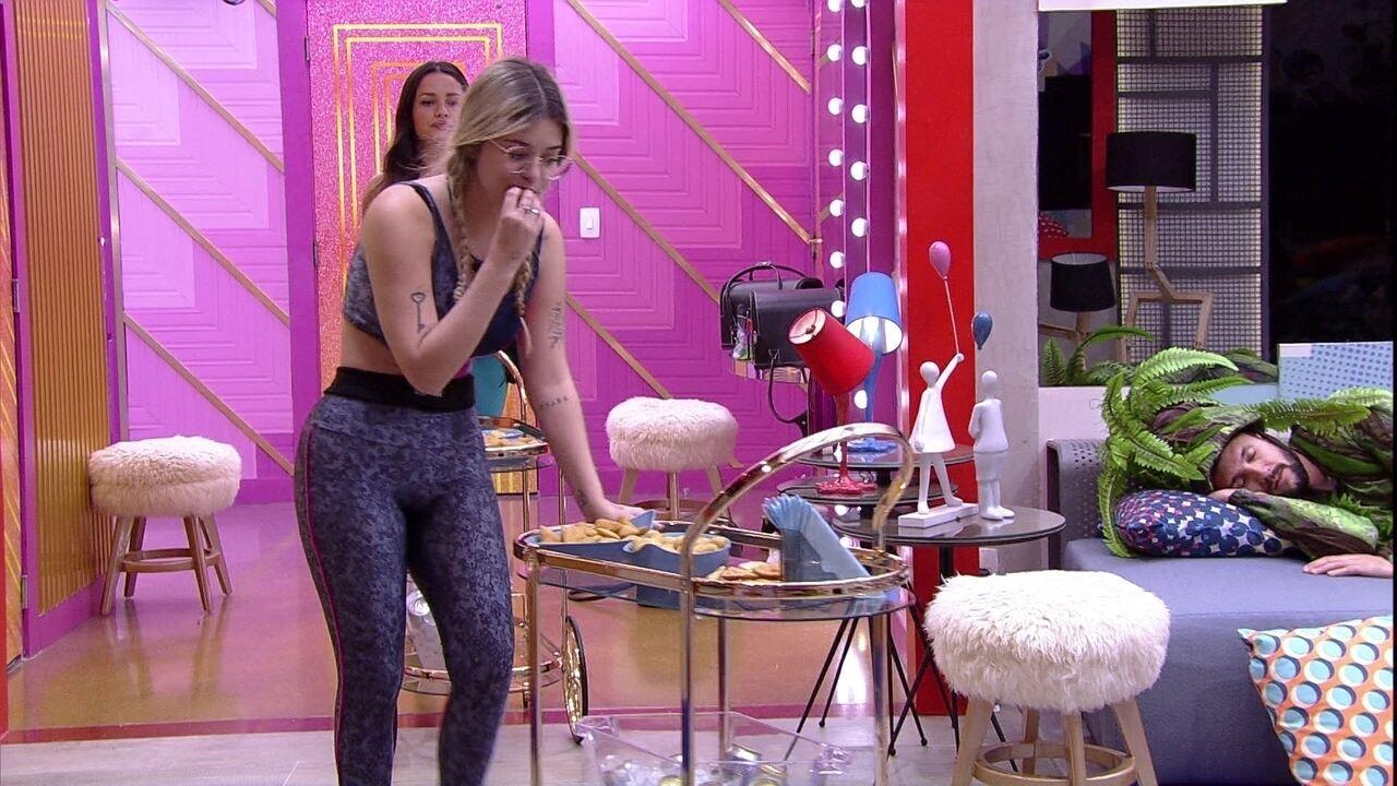 Juliette e Viih Tube recebem os petiscos do pré-festa no BBB21