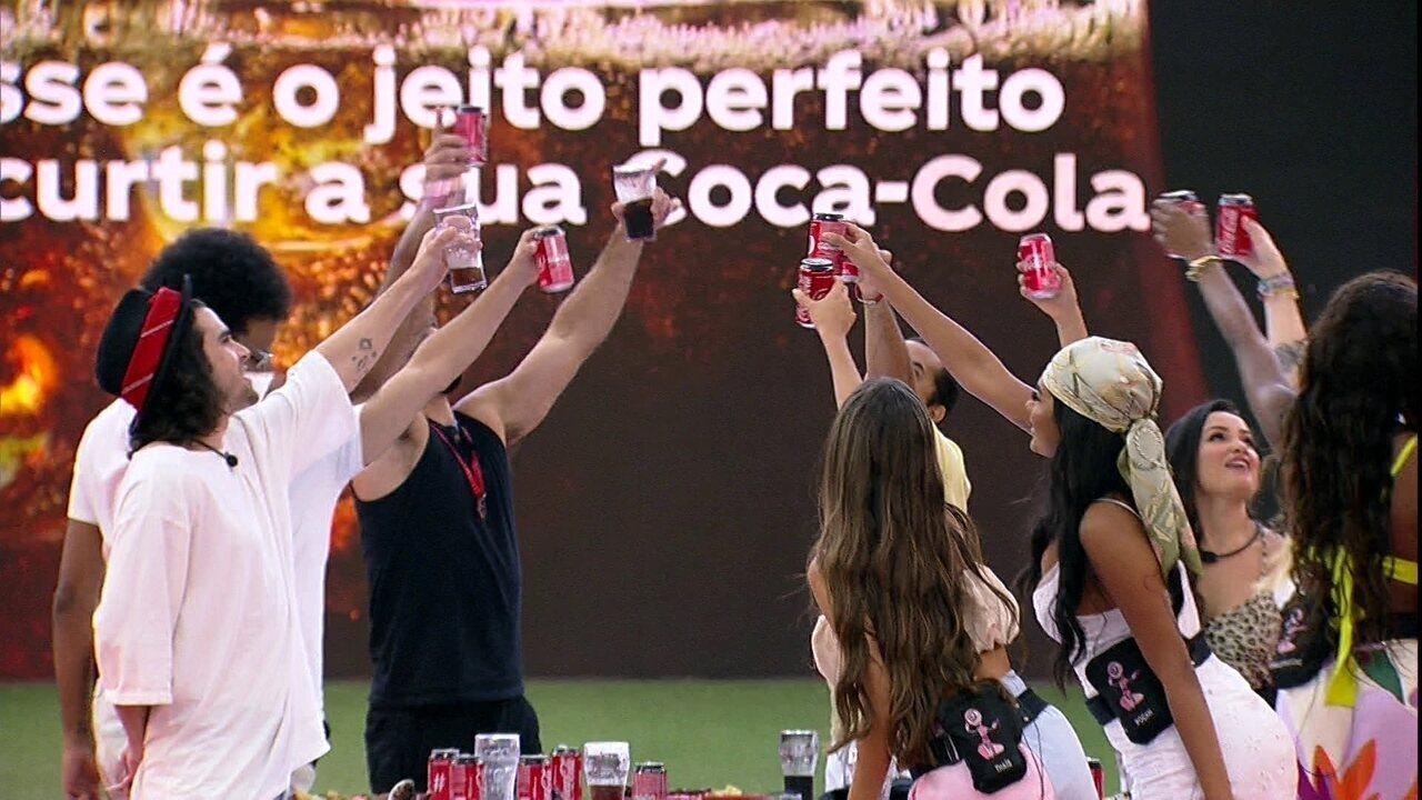 No BBB21, brothers fazem brinde com Coca-Cola Sem Açúcar e celebram: 'Top 10!'
