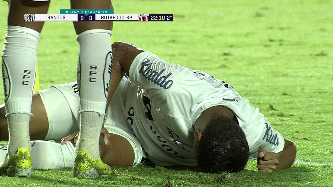 Balieiro cai no gramado após dividida e sente dores no joelho esquerdo, aos 22' do 2ºT