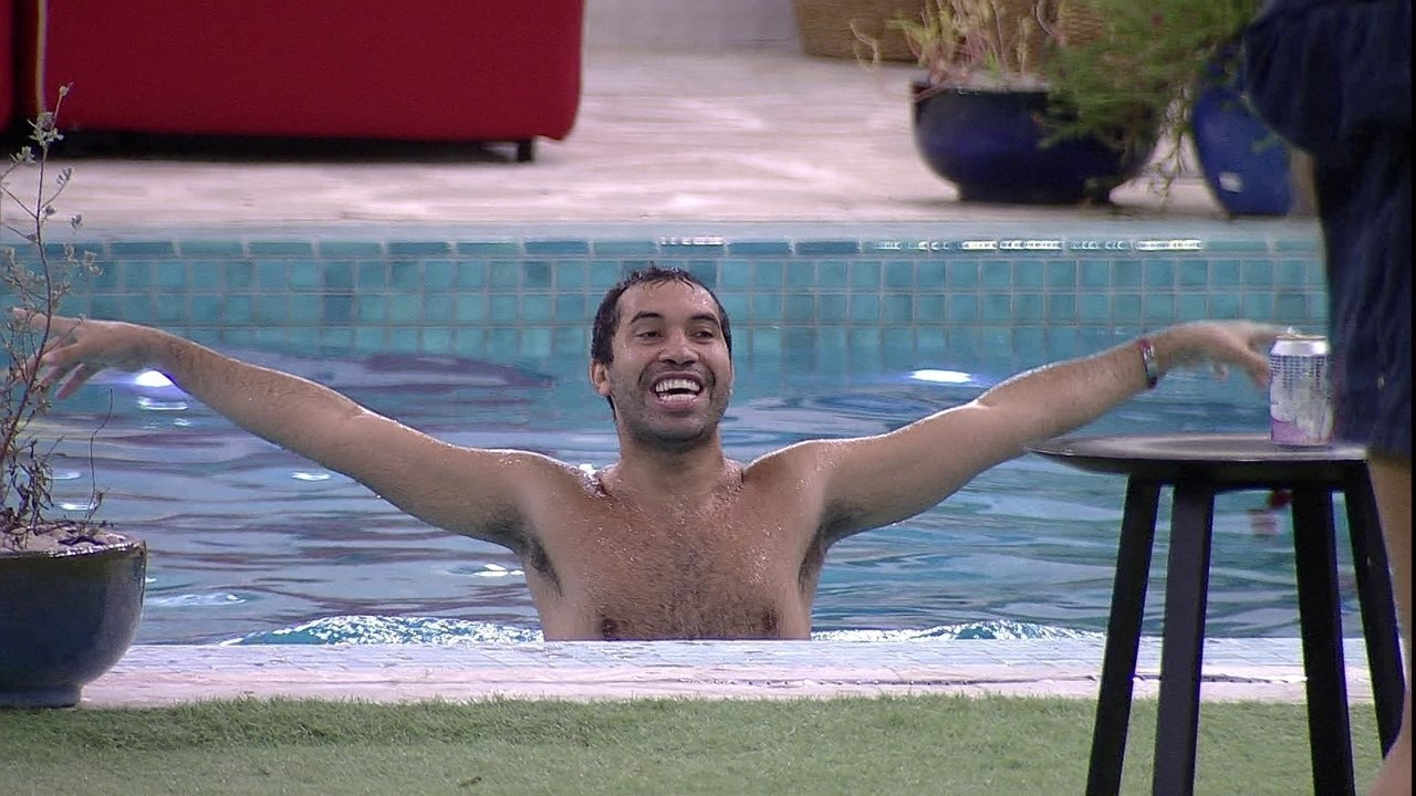 Gilberto pula na piscina ao som de Britney Spears após cooler ser liberado no BBB21