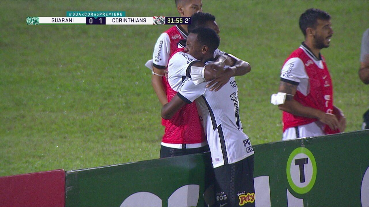 Após marcar primeiro gol como profissional, Cauê abraça Jô