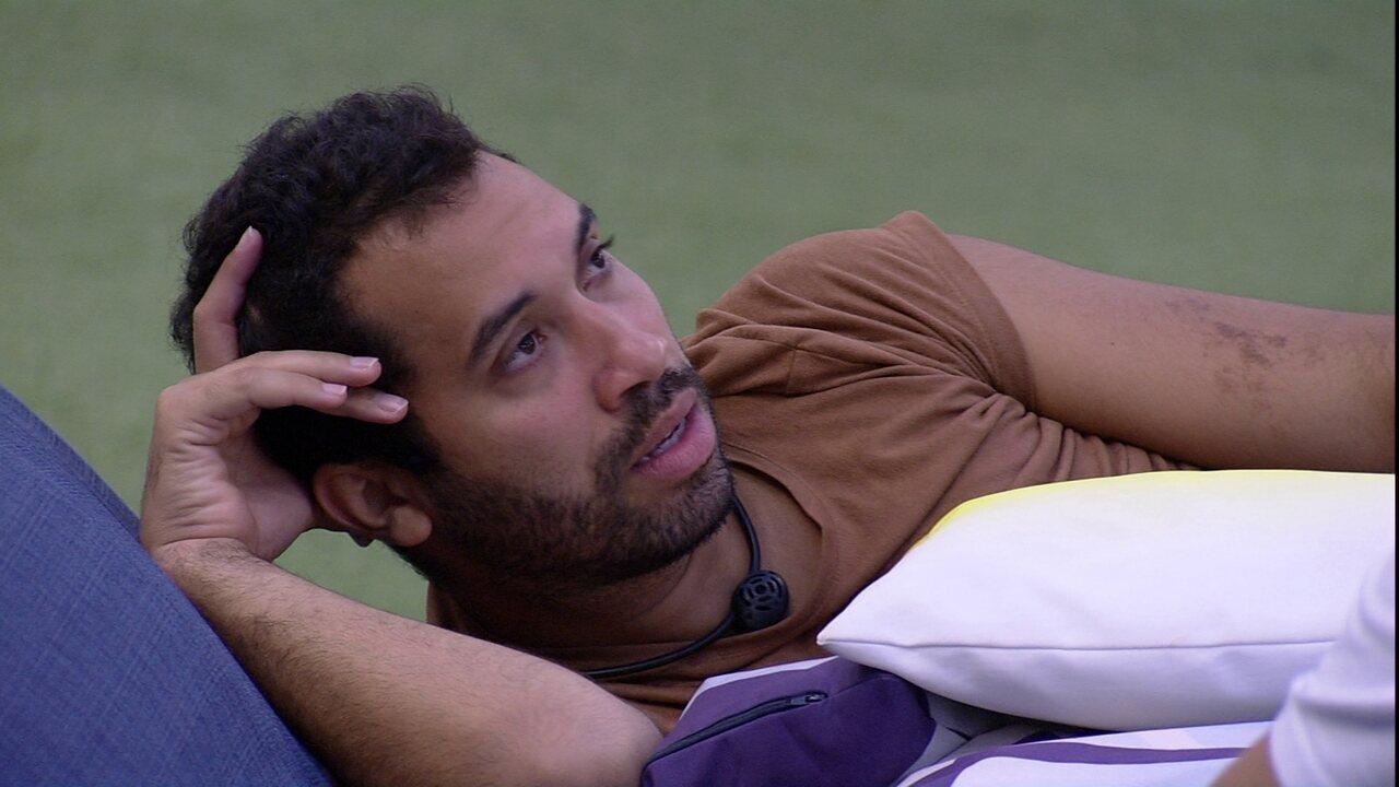 Gilberto avisa Caio sobre Paredão do BBB21