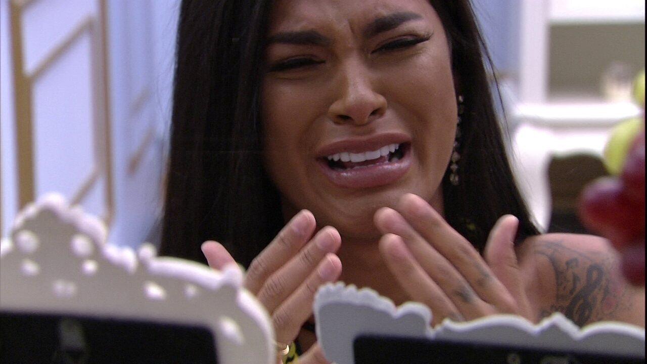Pocah chora com fotos da família no Quarto do Líder do BBB21