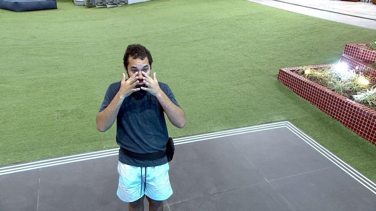 Sozinho, Gilberto chora e diz sobre o Paredão do BBB21: 'Força, vai dar tudo certo'