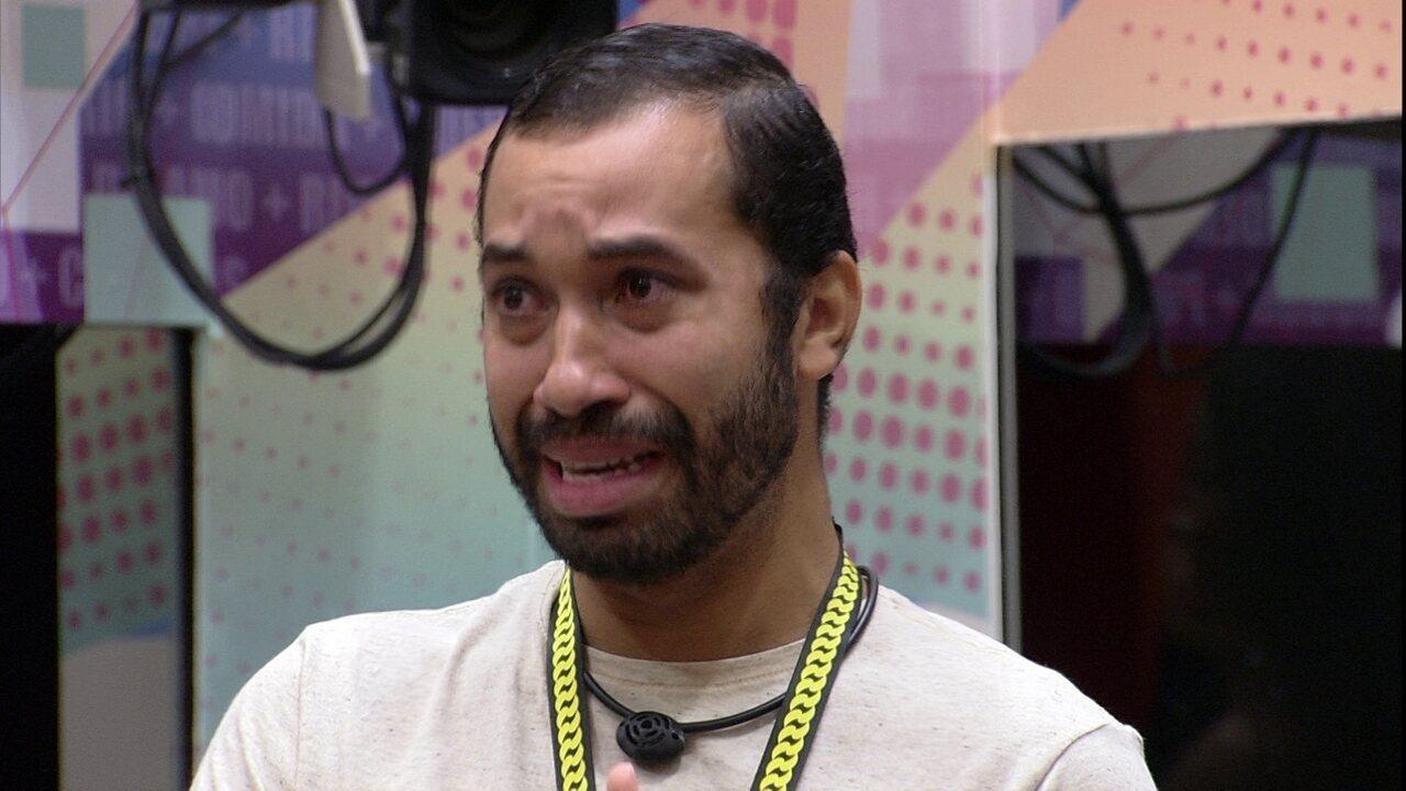 Emocionado, Gilberto desabafa com brothers no BBB21: 'Vocês me ensinaram a ter coragem'