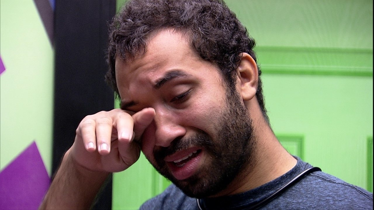 Sozinho enquanto passa roupa no BBB21, emparedado Gilberto chora