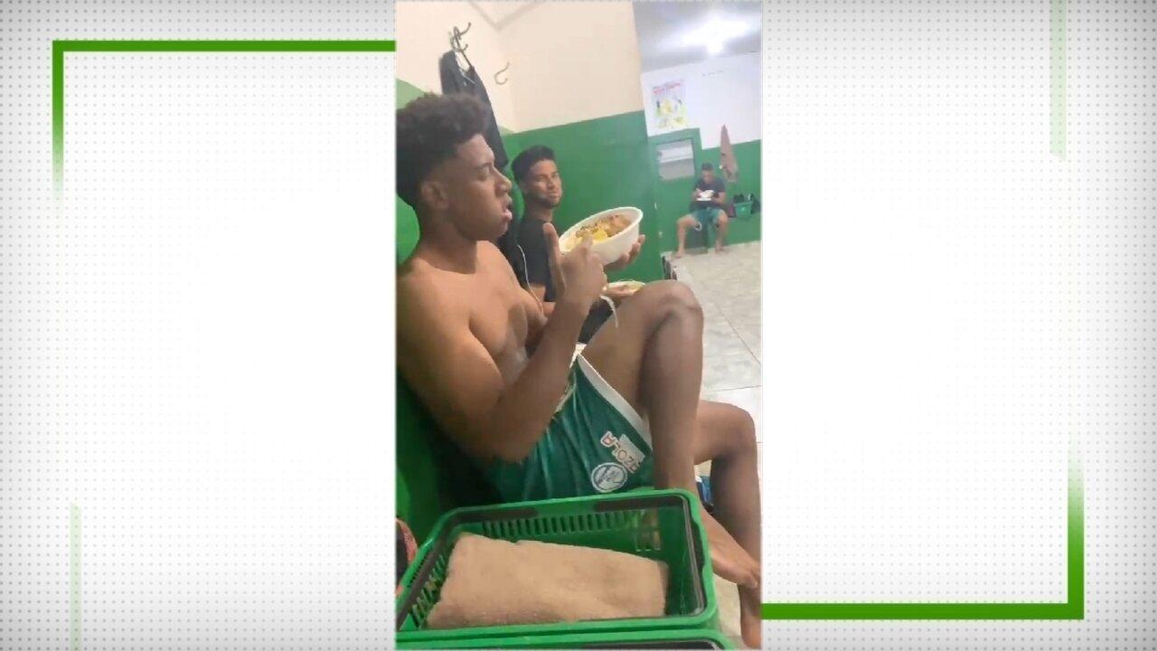 Jogadores do Rio Preto jantam marmita no vestiário de estádio