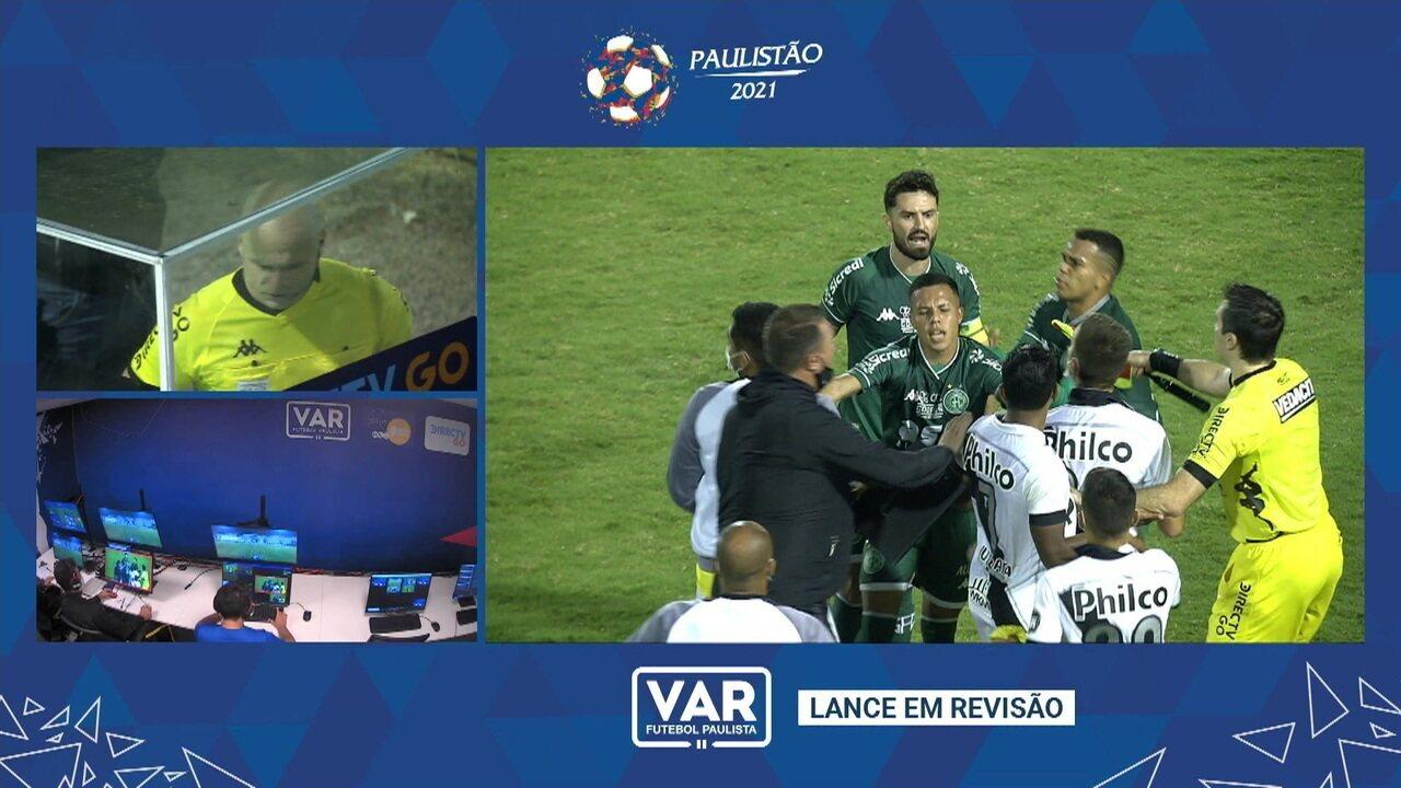 VAR: Árbitro checa as imagens da confusão depois do jogo