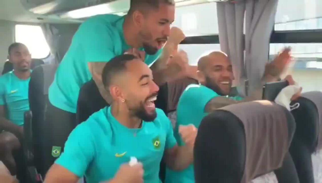 Jogadores da seleção masculina vibram com medalha de ouro de Ítalo Ferreira