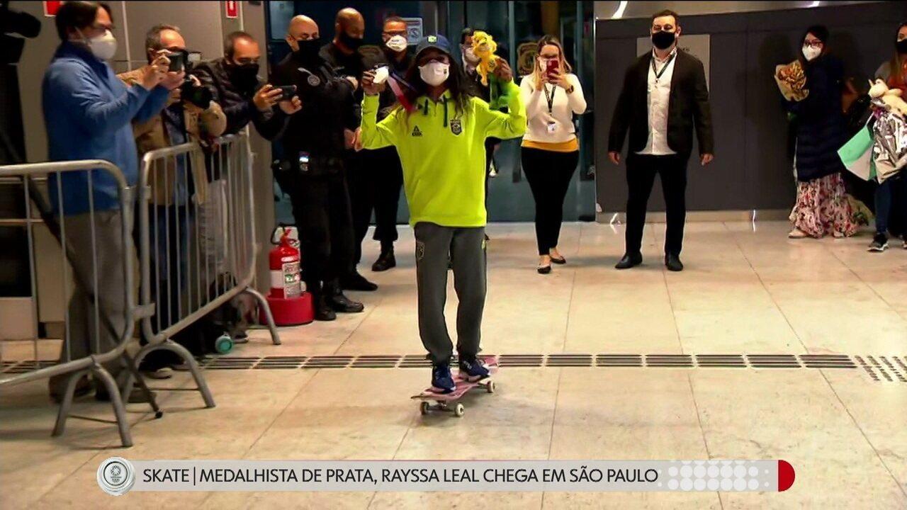 Fadinha desembarca em São Paulo de skate e com muito carisma