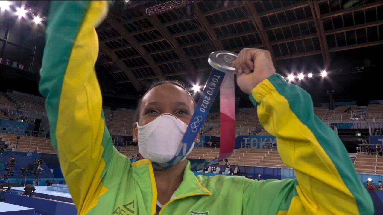 Rebeca Andrade sobe ao pódio para receber a medalha de prata