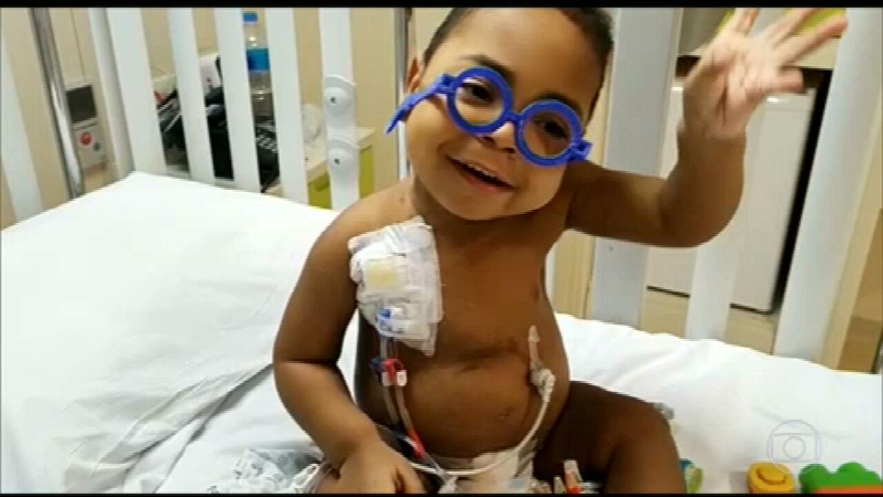 Menino de 3 anos faz mais de 30 cirurgias e tem alta após transplante